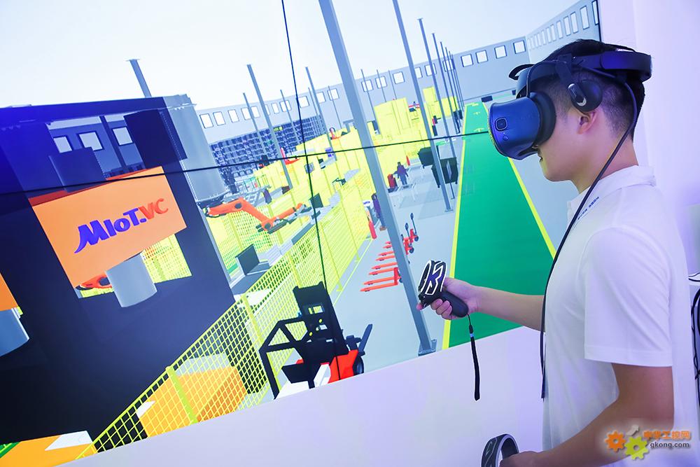 观众通过VR眼镜体验美云智数MIoT.VC工业仿真